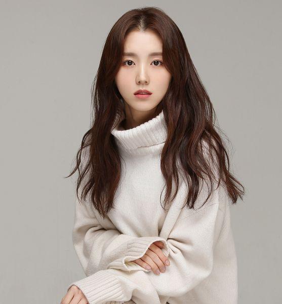 Tags: K-Drama, Baek Seo-e, Serious, Sweater, Collar (Clothes), Turtleneck, Gray Background