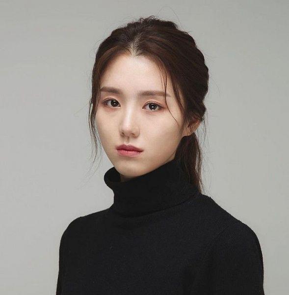Tags: K-Drama, Baek Seo-e, Serious, Collar (Clothes), Gray Background, Turtleneck, Hair Up, Ponytail