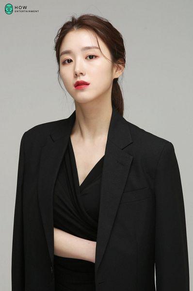 Tags: K-Drama, Baek Seo-e, Black Dress, Serious, Red Lips, Gray Background, Black Outfit