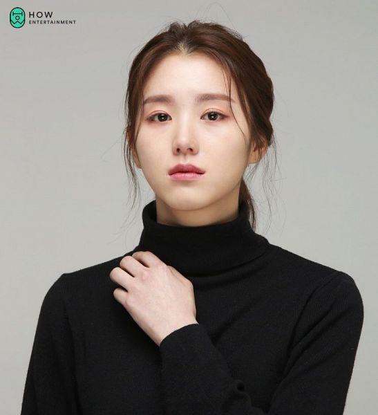 Tags: K-Drama, Baek Seo-e, Turtleneck, Serious, Collar (Clothes)