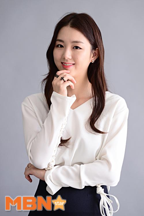 Tags: K-Drama, Baek Seo-e, Gray Background, Ring, Skirt, Blue Skirt
