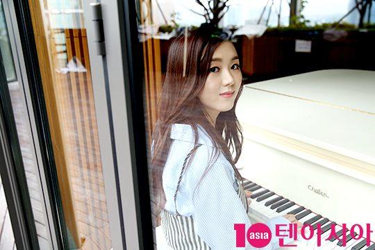 Tags: K-Drama, Baek Seo-e, Musical Instrument, Piano, Playing Instrument, Window, Magazine Scan, 10asia + Star