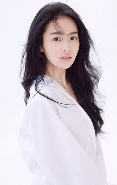 Tags: C-Drama, Bai Lu, Light Background, Flowing Hair, White Background, Wavy Hair, Serious, Black Eyes, Wind