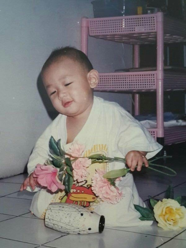 Tags: K-Pop, Got7, BamBam, Flower, Vase, Yellow Flower, Pink Flower, Child, White Outfit, Predebut