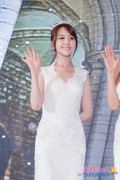 Tags: K-Pop, Girls' Day, Bang Minah, Tiara, Sleeveless Dress, White Dress, Crown, From Below, Sleeveless, Wedding Dress, White Outfit, Wave