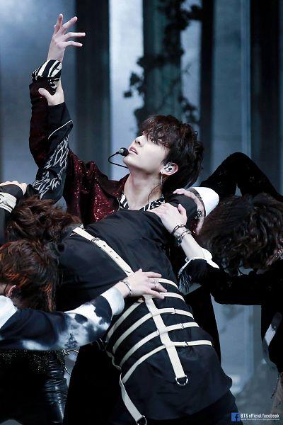 Tags: K-Pop, Bangtan Boys, Fake Love, Park Jimin, Suga, Jungkook, V (Kim Taehyung), Black Shirt, Hand On Arm, Wavy Hair, Text: URL, Back