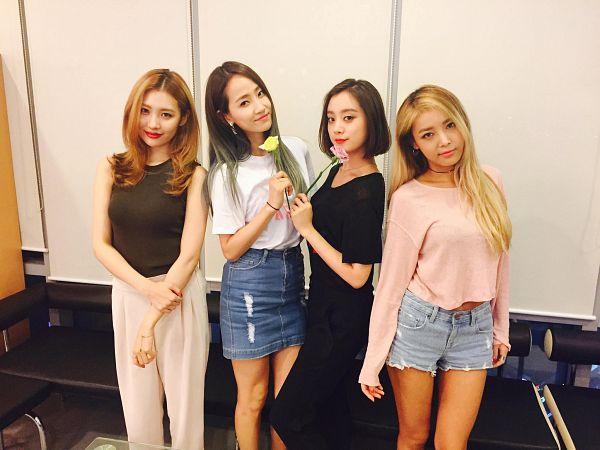 Tags: K-Pop, Wonder Girls, Kim Yubin, Lee Sunmi, Yenny, Woo Hyelim, Black Outfit, Denim Shorts, Blonde Hair, White Pants, Skirt, Pants