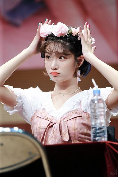 Tags: K-Pop, Elris, Bella, Chair, Hand On Head, Flower, Nail Polish, Sitting On Chair, Hair Ornament, Table, Flower Crown, Looking Away