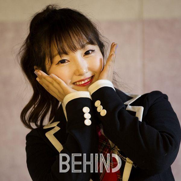 Tags: K-Pop, Yellow Bee, Berry, Hair Up, Ponytail, Flower Gesture, Tie, Black Eyes