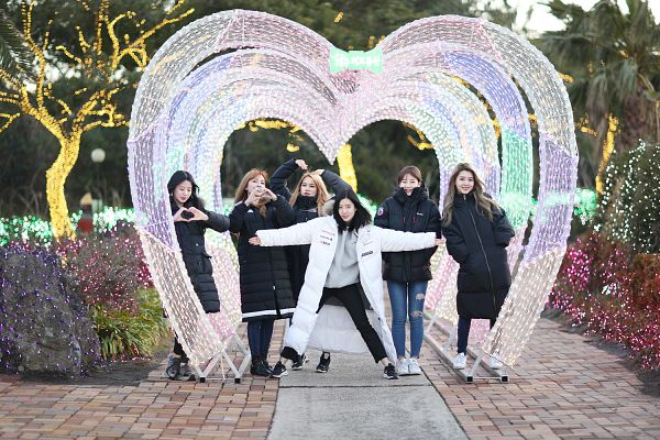 Tags: K-Pop, Berry Good, Johyun, Kang Sehyung, Daye, Seoyul, Gowoon, Taeha, Plant, Full Group, Full Body, Heart
