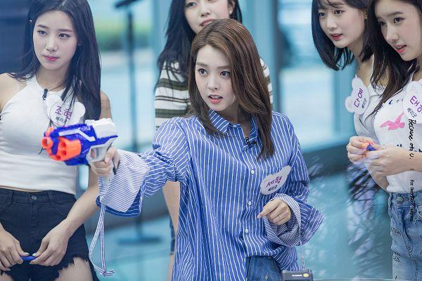 Tags: K-Pop, Berry Good, Kang Sehyung, Johyun, Daye, Gowoon, Taeha, Striped Shirt, Holding Weapon, Five Girls, Text: Artist Name, Quintet