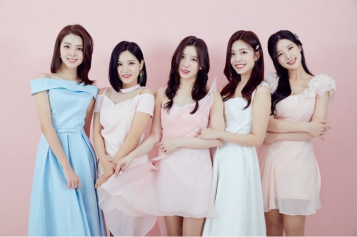 Tags: K-Pop, Berry Good, Taeha, Johyun, Kang Sehyung, Seoyul, Gowoon, Choker, Grin, Hair Clip, Pink Background, White Dress