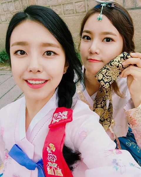 Tags: K-Pop, Berry Good, Gowoon, Seoyul, Two Girls, Duo, Hair Ornament, Traditional Clothes, Black Eyes, Single Braid, Korean Clothes, Hanbok
