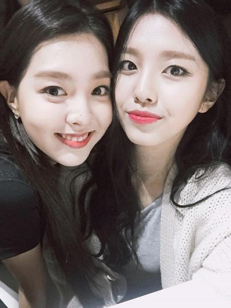 Tags: K-Pop, Berry Good, Kang Sehyung, Gowoon, Grin, Mole, Two Girls, Short Sleeves, Duo, Selca