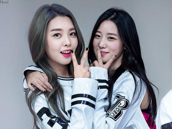Tags: K-Pop, Berry Good, Kang Sehyung, Johyun, Wavy Hair, Nail Polish, V Gesture, Two Girls, Duo, Make Up, Red Lips, Gray Hair