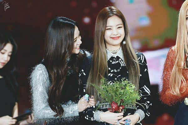 Tags: K-Pop, Black Pink, Kim Jisoo, Jennie Kim, Necklace, Silver Shirt, Flower, Bouquet, Black Outfit, Sweater, Looking At Another, Two Girls