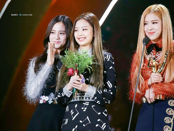 Tags: K-Pop, Black Pink, Rosé (singer), Kim Jisoo, Jennie Kim, Trio, Bouquet, Flower, Blue Skirt, Black Dress, Trophy, Orange Shirt