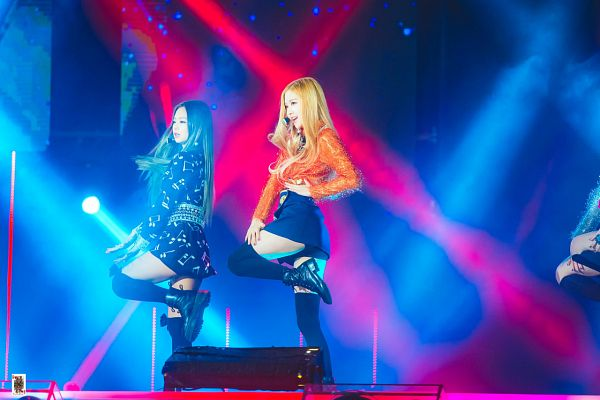 Tags: K-Pop, Black Pink, Jennie Kim, Rosé (singer), Black Skirt, Looking Ahead, Two Girls, Leg Up, Black Dress, Sweater, Duo, Bare Legs