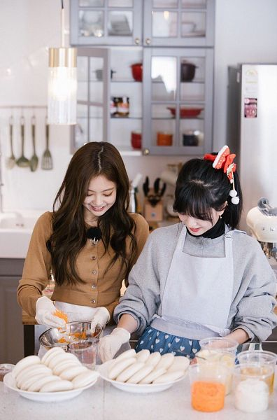 Tags: YG Entertainment, Television Show, K-Pop, Black Pink, Jennie Kim, Kim Jisoo, Two Girls, Ponytail, Duo, Kitchen, Food, Cooking
