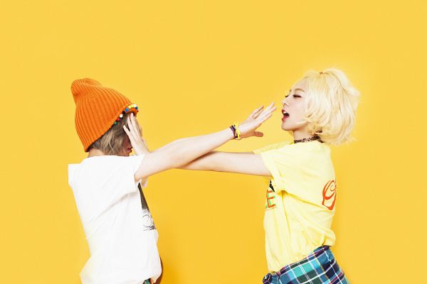 Tags: K-Pop, Bolbbalgan4, Ahn Jiyeong, Woo Jihyun, Short Sleeves, Full Group, Yellow Background, Two Girls, Looking At Another, Duo, Hat