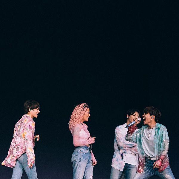Tags: K-Pop, BTS, Boy With Luv, Jungkook, V (Kim Taehyung), J-Hope, Halsey, Singing, Blue Pants, Pink Hair, Pink Shirt, Stage