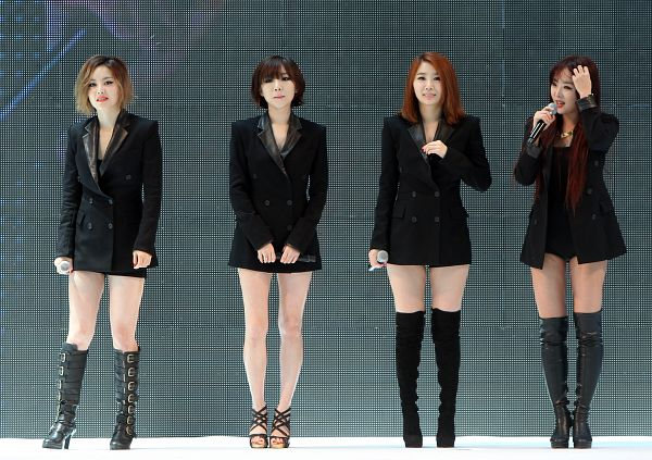Tags: K-Pop, Brown Eyed Girls, Ga-In, Narsha, Miryo, Jea, Suit, Black Outfit, Dark Background, Looking Away, Full Group, High Heels