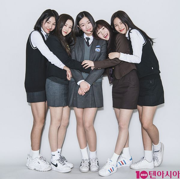 Tags: JTG Entertainment, K-Pop, Busters, Kim Chaeyeon, Myeong Hyeongseo, Cha Minjeong, Jung Jisu, Kim Minji (Busters), Black Outerwear, Grin, Hug From Behind, Black Skirt