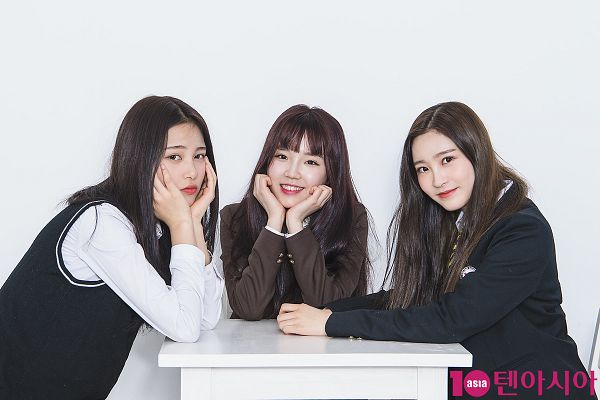 Tags: JTG Entertainment, K-Pop, Busters, Myeong Hyeongseo, Jung Jisu, Kim Minji (Busters), Bent Knees, Table, Closed Mouth, Black Jacket, Arm Support, Three Girls