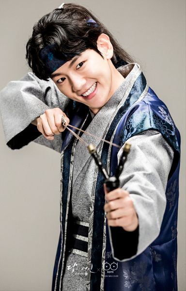 Tags: K-Drama, K-Pop, EXO, Byun Baekhyun, Traditional Clothes, Ponytail, Weapons, Korean Clothes, Slingshot, Gray Background, Hairband, Hair Up
