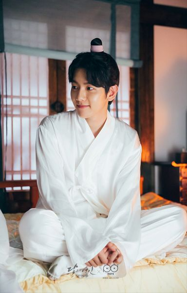 Tags: K-Drama, K-Pop, EXO, Byun Baekhyun, Traditional Clothes, Korean Clothes, Bed, Crossed Legs, White Outfit, Android/iPhone Wallpaper, Moon Lovers: Scarlet Heart Ryeo