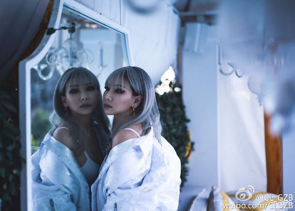 Tags: K-Pop, 2NE1, CL, Gray Hair, White Outfit, Looking At Reflection, Reflection, White Jacket, Weibo