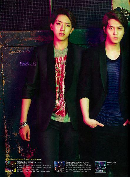 Tags: K-Pop, CNBLUE, Lee Jung-shin, Lee Jong-hyun, Two Males, Bracelet, Duo, Blue Shirt, Striped, Japanese Text, Striped Shirt, Gray Shirt