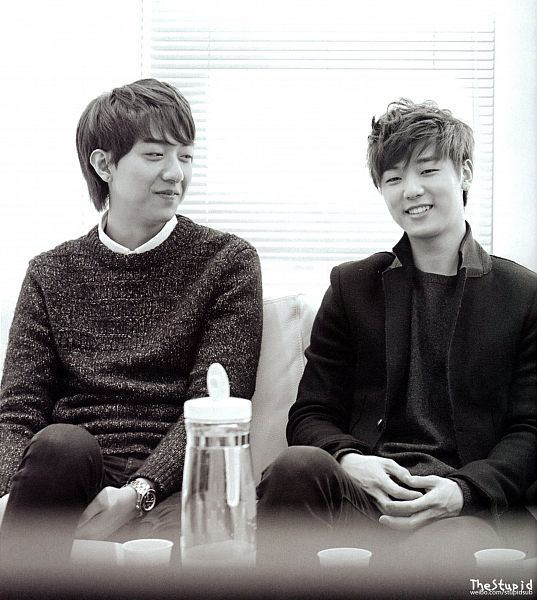 Tags: K-Pop, CNBLUE, Lee Jung-shin, Lee Jong-hyun, Kang Min-hyuk, Eyes Half Closed, Looking At Another, Sweater, Watch, Light Background, Two Males, Sitting On Couch