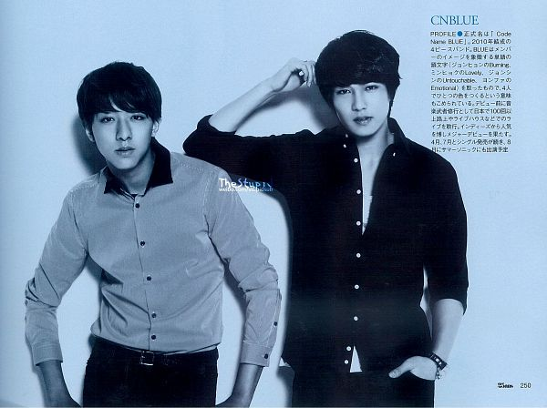 Tags: K-Pop, CNBLUE, Lee Jung-shin, Lee Jong-hyun, Bracelet, Japanese Text, Blue Background, Gray Shirt, Two Males, Black Pants, Duo, Hand In Pocket