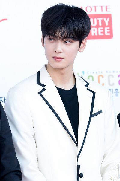 Tags: K-Pop, Astro, Cha Eunwoo, Close Up, Blunt Bangs, White Jacket, Looking Away, Suit, White Outfit, Red Carpet, Dispatch