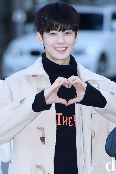 Tags: K-Pop, Astro, Cha Eunwoo, Blunt Bangs, Sweater, Grin, Collar (Clothes), Coat, Heart Gesture, Turtleneck, Close Up, Dispatch