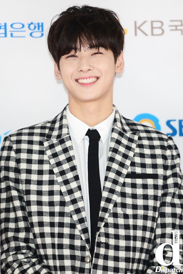 Tags: K-Pop, Astro, Cha Eunwoo, Checkered Jacket, Close Up, Red Carpet, Blunt Bangs, Grin, Collar (Clothes), Tie, Checkered, Dispatch