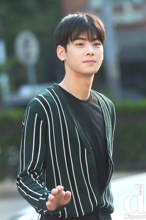 Tags: K-Pop, Astro, Cha Eunwoo, Striped, Close Up, Looking Ahead, Blunt Bangs, Green Shirt, Wave, Striped Shirt, Dispatch