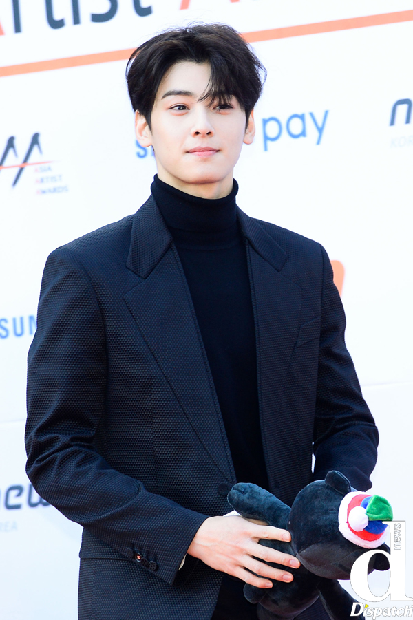 Tags: K-Pop, Astro, Cha Eunwoo, Sweater, Holding Object, Black Outerwear, Collar (Clothes), Black Jacket, Turtleneck, Black Shirt, Close Up, Red Carpet