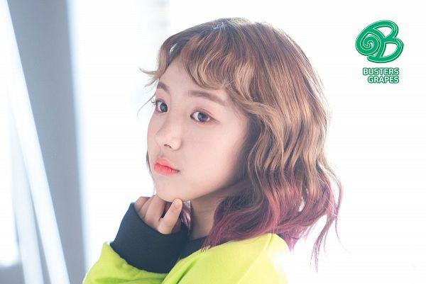 Tags: K-Pop, Busters, Grapes (Song), Cha Minjeong, Chin In Hand, Multi-colored Hair, Medium Hair, Yellow Shirt, Wavy Hair