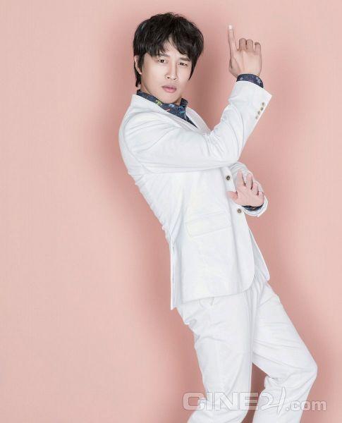 Tags: K-Drama, Cha Tae-hyun, White Jacket, White Pants, Dancing, White Outfit, Text: Magazine Name, Pink Background, Cine21, Magazine Scan