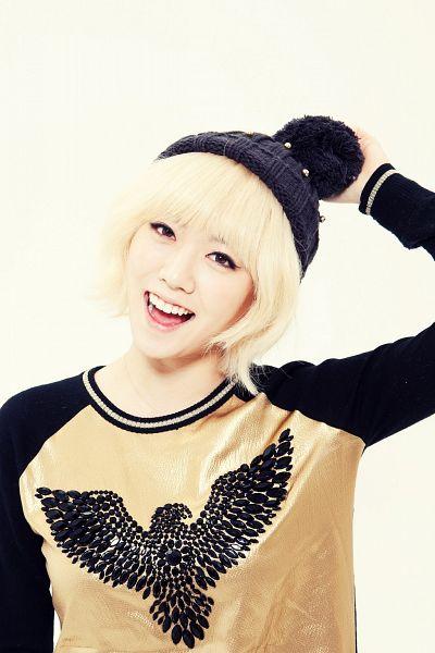 Tags: Hello Venus, Chae Joo-hwa, Gold Shirt, Black Headwear, Yellow Background, Android/iPhone Wallpaper