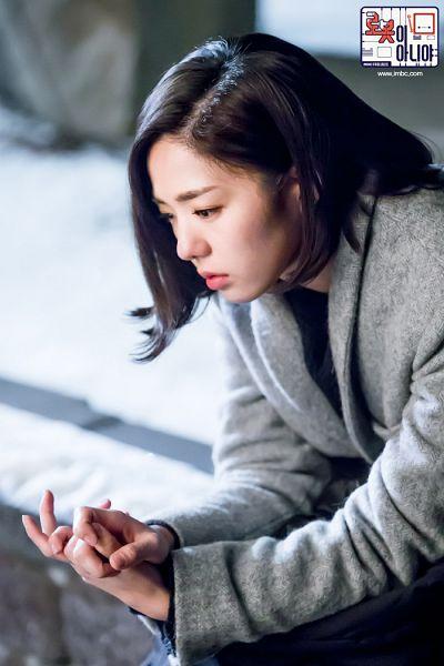 Tags: K-Drama, Chae Soo-bin, Gray Outerwear, Medium Hair, Serious, Text: Series Name, Looking Ahead, Text: URL, Korean Text, I'm Not a Robot