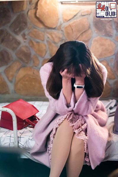 Tags: K-Drama, Chae Soo-bin, Bag, Pink Dress, Text: URL, Korean Text, Sad, Pink Outfit, Pink Outerwear, Bed, Coat, Text: Series Name