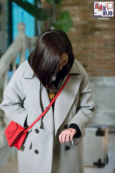 Tags: K-Drama, Chae Soo-bin, Hand In Pocket, Injury, Bag, Medium Hair, Blood, Looking Down, Coat, Text: Series Name, Hood, Gray Outerwear