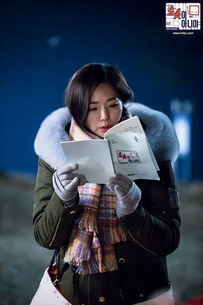 Tags: K-Drama, Chae Soo-bin, Fur Trim, Scarf, Medium Hair, Reading, Coat, Text: Series Name, Night, Gloves, Fur, Korean Text