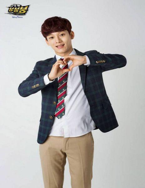 Tags: K-Pop, EXO, Chen, Striped, Striped Neckwear, Korean Text, Checkered, Gray Background, Heart Gesture, Checkered Jacket, Green Neckwear, Brown Pants
