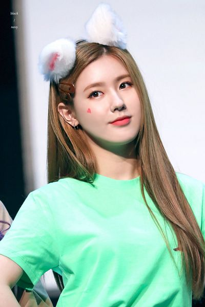 Tags: K-Pop, (G)-I-DLE, Cho Miyeon, Make Up, Hair Ornament, Animal Ears, Looking Away, Green Shirt, Hair Clip