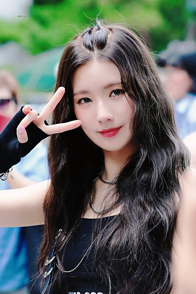 Tags: K-Pop, (G)-I-DLE, Cho Miyeon, Black Eyes, V Gesture, Bare Shoulders, Black Shirt, Necklace, Looking Ahead, Glove, Nail Polish, Tank Top