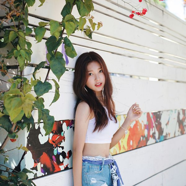 Tags: K-Pop, LOOΠΔ, Choerry, Make Up, Jeans, Bare Shoulders, Bracelet, Plant, Leaning On Wall, Flower, Blue Shorts, Sleeveless